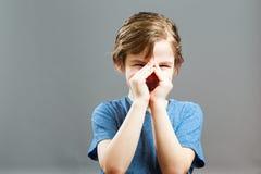 Выражения мальчика - кричащ через руки Стоковое Изображение RF