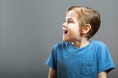 Выражения мальчика - счастливый сюрприз Стоковая Фотография RF