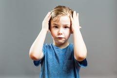 Выражения мальчика - холить его волосы Стоковая Фотография