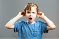Выражения мальчика - я не могу услышать вас Стоковое фото RF