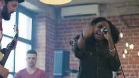 Выразительная певица с диапазоном на этапе акции видеоматериалы