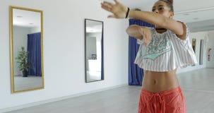 Выразительный танцор в студии видеоматериал