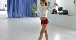Выразительный чувственный танцор в движении видеоматериал