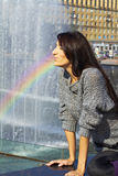 Выразительные диаграммы продукции. девушка с ярким брюнет состава с длинними волосами в сером фонтане радуги брызга свитера шнурка Стоковое Изображение