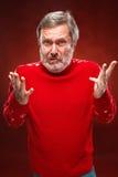 Выразительный портрет на красной предпосылке человека pouter Стоковое Изображение RF