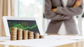 Вырастите вверх стог монеток с делом и профинансируйте экран диаграммы стоковое фото rf