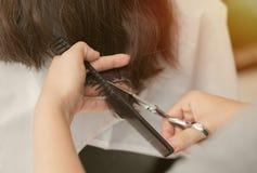 Вырезывание волос женщин стоковая фотография