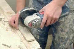 вырезывание вручает работника плитки стоковые фотографии rf