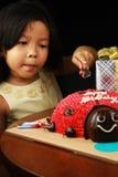 Вырезывание девушки ее именниный пирог. Стоковые Фотографии RF