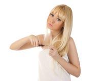Вырезывание женщины ее волосы с ножницами Стоковое фото RF