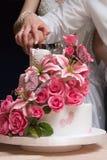 Вырезывание красивого свадебного пирога Стоковая Фотография RF