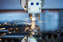 Вырезывание лазера Металл подвергая механической обработке с искрами на соответствовать гравировки лазера CNC стоковые изображения rf