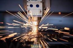 Вырезывание лазера Металл подвергая механической обработке с искрами на соответствовать гравировки лазера CNC стоковая фотография rf