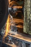 Вырезывание машины токарного станка CNC крупного плана большое промышленное стальная штанга с искрами стоковые изображения rf