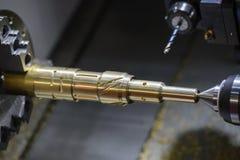 Вырезывание машины токарного станка CNC латунный вал Стоковое фото RF