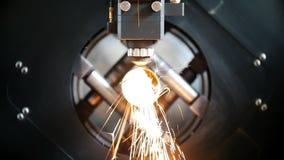 Вырезывание металла, искр летает от лазера, современного инструмента в тяжелой индустрии
