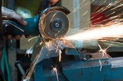 Вырезывание металла со шлифовальным станком с искрами стоковое фото rf