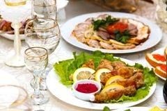 Вырезывание мяса и рыб на таблице Стоковые Фотографии RF