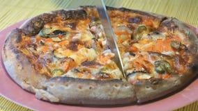 Вырезывание пиццы в куски используя стальной нож видеоматериал