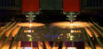 Вырезывание процесса металлического листа с предохранением от защитного стекла Стоковая Фотография