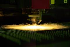 Вырезывание процесса металлического листа Стоковые Фото