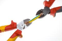 вырезывание резца укуса имеет провод плоскогубцев бортовой толщиной Стоковые Изображения RF