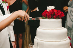 Вырезывание свадебного пирога Стоковая Фотография RF