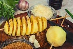 Вырезывание спирали сырцовой картошки стоковое фото rf