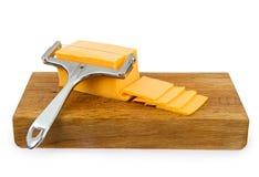 вырезывание сыра чеддера доски Стоковые Изображения
