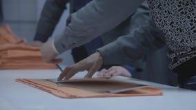 Вырезывание ткани портноя промышленно видеоматериал