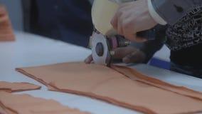 Вырезывание ткани портноя промышленно сток-видео