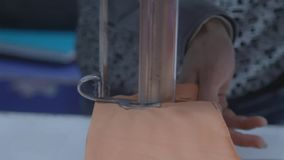 Вырезывание ткани портноя промышленно акции видеоматериалы