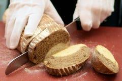 вырезывание хлеба Стоковые Фото