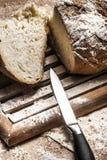 вырезывание хлеба Стоковая Фотография RF