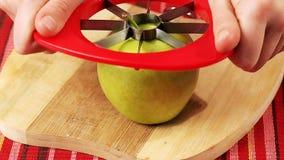 Вырезывание Яблоко сток-видео