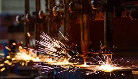 Вырезывание CNC LPG с искрами стоковые фото