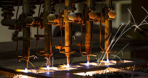 Вырезывание CNC LPG с искрами стоковые фотографии rf