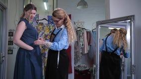 Вырезывание Dressmaker через карман платья сток-видео