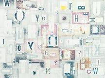 Вырез газеты Grunge помечает буквами предпосылку стоковое изображение