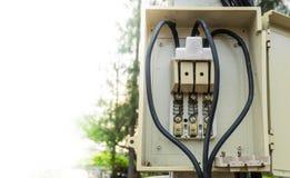 Вырез на опорах линии электропередач стоковые изображения rf