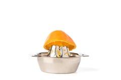 Вырез оранжевой половины на стальном Juicer Стоковые Фотографии RF