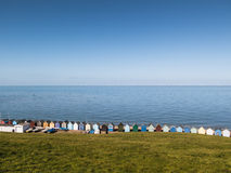 Выровняйтесь, строка залива Herne хат пляжа, Кента, Великобритании Стоковое Изображение