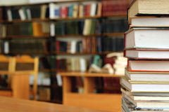 Выровнянная книга в таблице с предпосылкой книги Стоковое фото RF