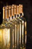 Выровнянные-Вверх бутылки белого вина Стоковая Фотография