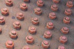 Выровнянные красные гайки - и - болты Стоковое Изображение RF