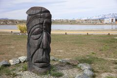 Высекаенная деревянная статуя на портовом районе Ushuaia ареальных стоковая фотография