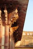 Высекаенная каменная колоннада на солнечный день стоковое изображение rf