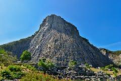 Высекаенное изображение Будды от золота на скале на Khao Chee chan, PA Стоковые Изображения