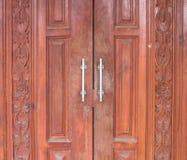 Высекаенное ремесло дизайна деревянной двери тайское Стоковое фото RF