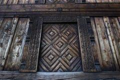 Высекаенные дверь и дверной косяк старого storehouse ` просторной квартиры ` традиционного норвежского farmstead Стоковая Фотография